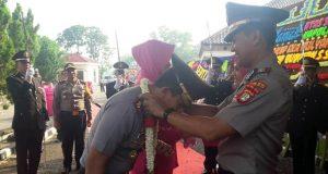 Mantan Kapolres Lampung Utara, AKBP Eka Mulyana mengalungkan rangkaian bunga kepada Kapolres Lampung Utara yang baru, AKBP Budiman Sulaksono