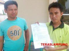 Dedi, korban pencurian menunjukan surat bukti laporan polisi terkait pencurian di rumahnya