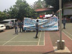 Siswa SMAN 87 Jakarta Selatan menggelar aksi dukungan terhadap Nelty Khairiyah, guru yang diduga mendoktrin anti - Jokowi, Kamis, 11 Oktober 2018. Tempo/Zara Amelia