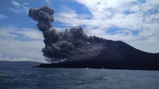Gunung Anak Krakatau mengalami erupsi setinggi 1.000 meter. Foto: BNPB
