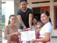 Wakil ketua Wanita Hindu Dharma Indonesia (WHDI) Lampung Selatan, Ketut Oke Patmawati (Kacamata) bersama tim relawan WHDI Tridharmayoga saat keliling kampung galang donasi untuk korban bencana alam Sulawesi Tengah.