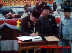 Bupati Agung Ilmu Mangkunegara menandatangani nota kesepakatan KUA-PPAS tahun anggaran 2019