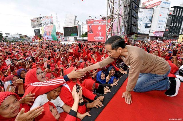 Jokowi dialog dengan pedagang Pasar Smep Bandarlampung, Sabtu (24/11/2018). Foto: Agus Suparto