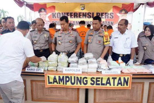 Kapolda Lampung, Irjen Pol Purwadi Arianto saat press reles ungkap kasus penyelundupan puluhan kilogram sabu dan ganja serta ribuan butir pil ekstasi di Pelabuhan Bakauheni, Kamis 29 November 2018.