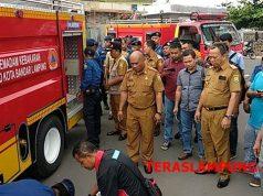 Walikota Herman HN menyaksikan kemampuan mobil damkar baru milik BPBD Kota Bandarlampung.