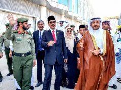 Duta Besar RI, Agus Maftuh Abegebriel, kedua dari kiri, melakukan pemeriksaan terhadap armada bus yang akan membawa Jamaah Haji Indonesia ke Hotel Madinah. Sumber: KBRI Riyadh, Arab Saudi
