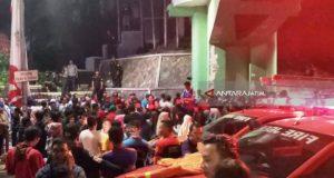 Ratusan warga memadati TKP terjatuhnya sejumlah penonton drama kolosal Surabaya Membara di kawasan Jalan Pahlawan Surabaya, Jumat, 9 November 2018. Antaranews./Willy Irawan