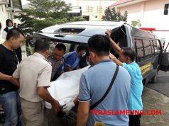 Petugas kepolisian Polsek Jati Agung, Lampung Selatan saat membawa jasad korban Murniati yang tewas ditangan suaminya sendiri, Romli dengan luka tusukan dileher dan punggung ke Rumah Sakit Bhayangkara Polda Lampung.