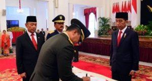Presiden Jokowi didampingi Menko Polhukam dan Panglima TNI menyaksikan Andika Perkasa menandatangani berita acara pelantikan sebagai KSAD, di Istana Negara, Jakarta, Kamis (22/11) pagi.