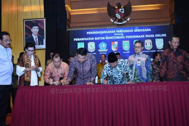 Walikota Herman HN menandatangani Perjanjian kerjasama tentang Pemanfatan Sistem Monitoring Penerimaan Pajak Online yang disaksikan oleh Komisioner KPK Basaria Panjaitan.