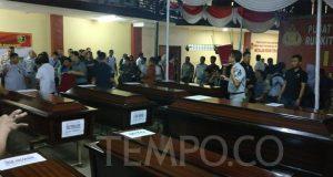 Proses penyerahan 13 jenazah yang baru teridentifikasi oleh Tim DVI Polri kepada keluarga korban pesawat Lion Air JT-610 di Rumah Sakit Polri R. Said Soekanto, Kramat Jati, Jakarta Timur pada Senin, 5 November 2018 TEMPO/Andita Rahma