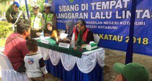 Seorang pengendara yang terjaring operasi Zebra menjalani sidang di tempat di kawasan Tugu Payan Mas Kotabumi, Kamis (8/11/2018).