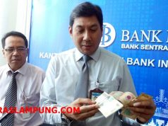 Kepala Bank Indonesia Perwakilan Lampung,Budiharto, menunjukkan contoh uang kertas tahun emisi 1998 dan 1999 yang harus ditukar dengan uang baru, di Kantor Bank Indonesia, di Bandarlampung, Kamis (6/12/2018).