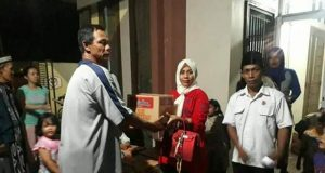 Sahabat Lesty menyerahkan antuan untuk korban banjir di Katibung, Lampung Selatan.