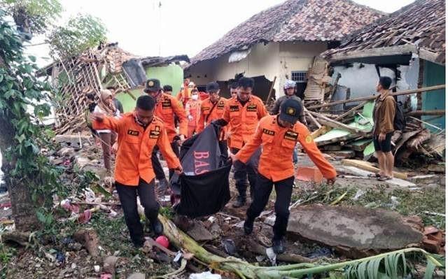 Tim SAR mengevakuasi korban tsunami di Lampung Selatan,Senin, 24 Desember 2018 (Foto:Basarnas)