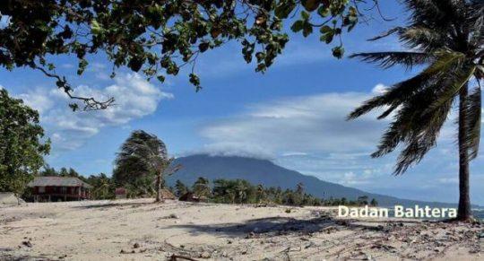 Gunung Anak Krakatau dijepret dari kawasan wisata Alau-Alau, Lampung Selatan, Minggu, 30 Desember 2018 (Foto: Dadan Bahtera)