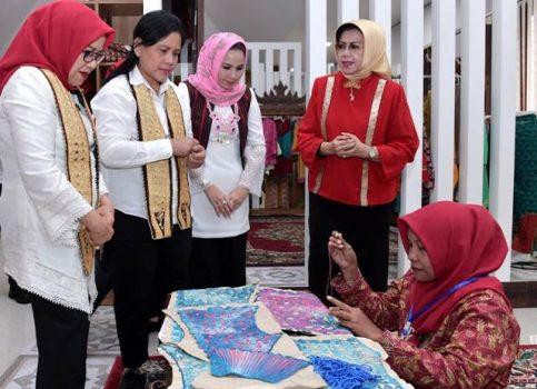 Iriana Joko Widodo dan Mufidah Jusuf Kalla Tertarik Kain Tapis Lampung