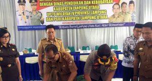 Kapolres Lampung Utara, AKBP. Budiman Sulaksono dan Kepala Disdikbud Lampura, Suwandi menandatangani nota kesepakatan