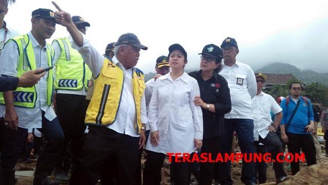 Menteri Pekerjaan Umum dan Perumahan Rakyat (PUPR) Basuki Hadimuljono bersama menteri lainnya saat mengunjungi Desa Way Muli, Lampung Selatan. Selasa, 25 Desember 2018.