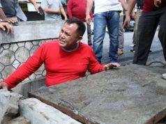 Plt Bupati Lampung Selatan Nanang Ermanto mengecek penyeab banjir yang melanda wilayah Kecamatan Katibung.