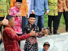Bupati Lampung Barat Parosil Mabsus melepaskan ikan ke embung tanda peresmian embung di Pekon Sukabanjar, Kamis (6/12/2018)