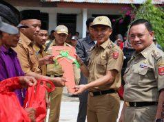 Bupati Parosil secara simbolis menyerahkan mobil bioskop keliling untuk mendukung program literasi di dua kecamatan di Lampung Barat.