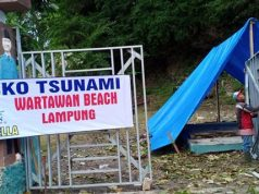 Para relawan Ben Bella membangun posko di Pantai Wartawan, Kalianda, untuk membantu para korban tsunami di Lampung Selatan.