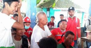 Nelayan warga Desa Kenali, Kecamatan Rajabasa, Lampung Selatan yang selamat pasca peristiwa gelombang tsunami yang menghantam perahu yang mereka tumpangi saat mencari ikan di kawasan GAK.