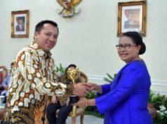 Gubernur Lampung Ridho Ficardo menerima penghargaan Parahita Ekapraya.