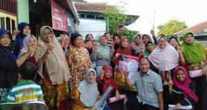 Caleg Partai Golkar DPRD Provinsi Lampung dapil Bandarlampung Abi Hasan Mu'an bersama ibu-ibu di Kelurahan Jaya Baya Dua,Bandarlampung.