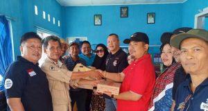 Penyerahan bantuan bagi warga Pulau Legundi dari alumni SDN 2 Rawalaut diserahkan Andika Wibawa kepada petugas posko Pahawang.