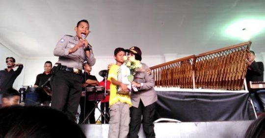 Kabid Humas Polda Lampung, Kombes Pol Sulistyaningsih memberikan bunga dan ciuman kepada Baharudinsyah, seorang anak siswa kelas 5 SD, warga Pulau Sebesi yang menjadi korban bencana gelombang tsunami Selat Sunda pada 22 Desember 2018 lalu.