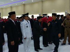 Badri Tamam memberikan ucapan selamat kepada para kepala sekolah yang baru dilantik.