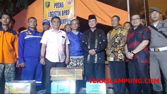 Penyerahan rendang dari Pemprov Sumatera Barat untuk para pengungsi,di halaman Kantor Pemprov Lampung,Sabtu malam,29 Desember 2018.