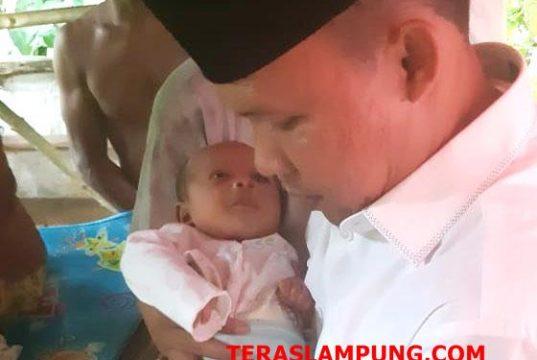 Anggota DPRD Provinsi Lampung dari Fraksi PKS, Antoni Imam, SE saat mengunjungi dan menggendong Novalika Azkia Putri, bayi perempuan usia 1 bulan yang selamat tertimbun runtuhan bangunan selama 10 jam setelah terjangan gelombang tsunami.