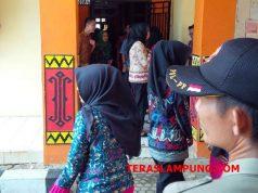 Para pegawai/tenaga honor DPRD Lampung Utara berhamburan ke luar ruangan saat mendengar kabar kedatangan Bupati Agung Ilmu Mangkunegara