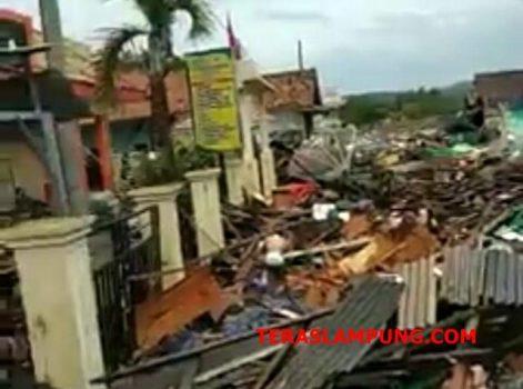 Kondisi desa di pesisir Lampung Selatab pascatsunami pada Sabtu malam, 22 Desember 2018.