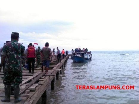 Warga Pulau Sebesi dan Pulau Sebuku tiba di dermaga PPI Bom Kalianda, Selasa, 25 Desember 2018.