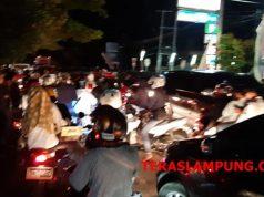 Warga Kalianda yang panik pada Sabtu malam,22 Desember 2018, mengungsi ke kawasan lebih tinggi.