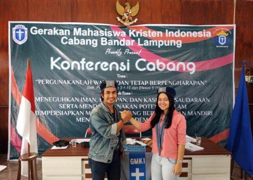 anto Sadwijan Ambonius Pasaribu (kiri) dan Dewi Marthalena Simanungkalit (kanan) berjabat tangan usai terpilih menjadi Ketua dan Sekretaris GMKI Bandar Lampung Periode 2018-2020, Minggu, 23/12/2018. | dok. GMKI Bandar Lampung