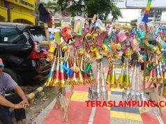 Rantak pedagang terompet yang mangkal di jalan Raden Intan Bandarlampung.