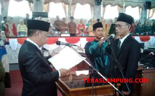 Ahmad Sampurna diambil sumpahnya sebagai anggota DPRD Lampung Utara periode 2014-2019