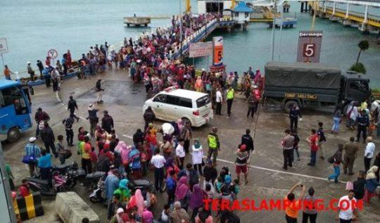 Ribuan warga Pulau Sebesi dan Sebuku tiba di Pelabuhan Bakauheni.Rabu.26 Desember 2018, setelah dievakuasi tim SAR Gabungan.