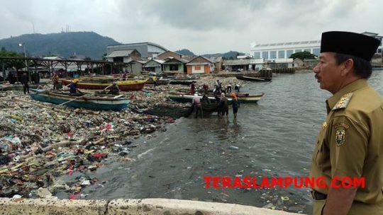 Walikota Herman HN meninjau Pantai Sukaraja, di Kecamatan Bumi Waras, Bandarlampung, Selasa,4 Desember 2018.