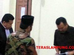 Bupati Lampung Selatan nonaktif Zainudin Hasan usai menjalani sidang perdana di Pengadilan Tipikor Tanjungkarang, Selasa, 17 Desember 2018.