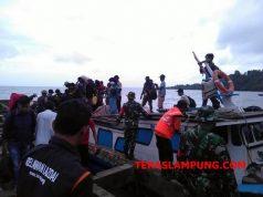 Warga Pulau Sebuku dan Pulau Sebesi tiba di Dermaga Canti, Kecamatan Rajabasa, Lampung Selatan.