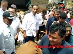 Presiden Jokowi usai mengecek lokasi terdampak tsunami Selat Sunda di Desa Kunjir, Lampung Selatan, Rabu, 2 Januari 2019.