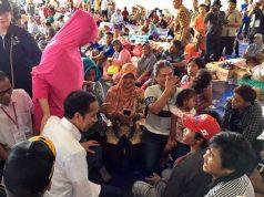 Presiden Jokowi berdialog dengan pengungsi korban terdampak tsunami di Kalianda, Lampung Selatan, Lampung, Rabu siang, 2 Januari 2019.