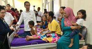 Presiden Jokowi mengunjungi korban terdampak tsunami yang dirawat di RSUD dr. H. Bob Bazar, di Kalianda, Lampung Selatan, Rabu,2 Januari 2019.