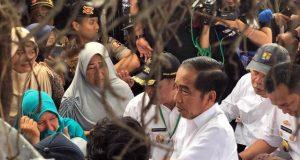 residen Jokowi berdialog dengan warga terdampak tsunami Selat Sunda, di Rajabasa, Lampung Selatan, Lampung, Rabu (2/1) siang.